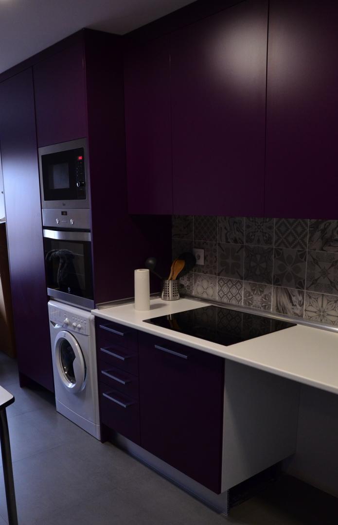 Reforma vivienda en arganzuela for Cocinas color berenjena
