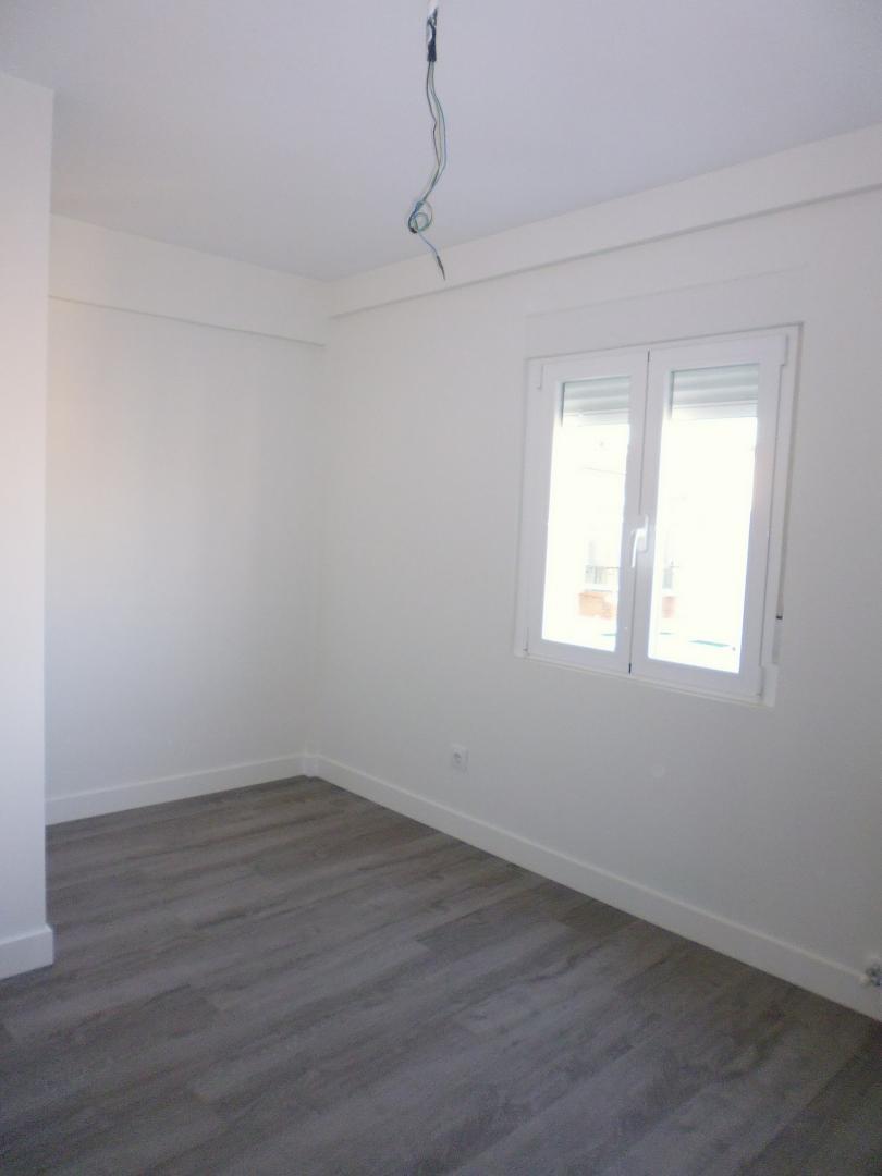 Ba o suelo gris oscuro for Suelo gris y puertas blancas