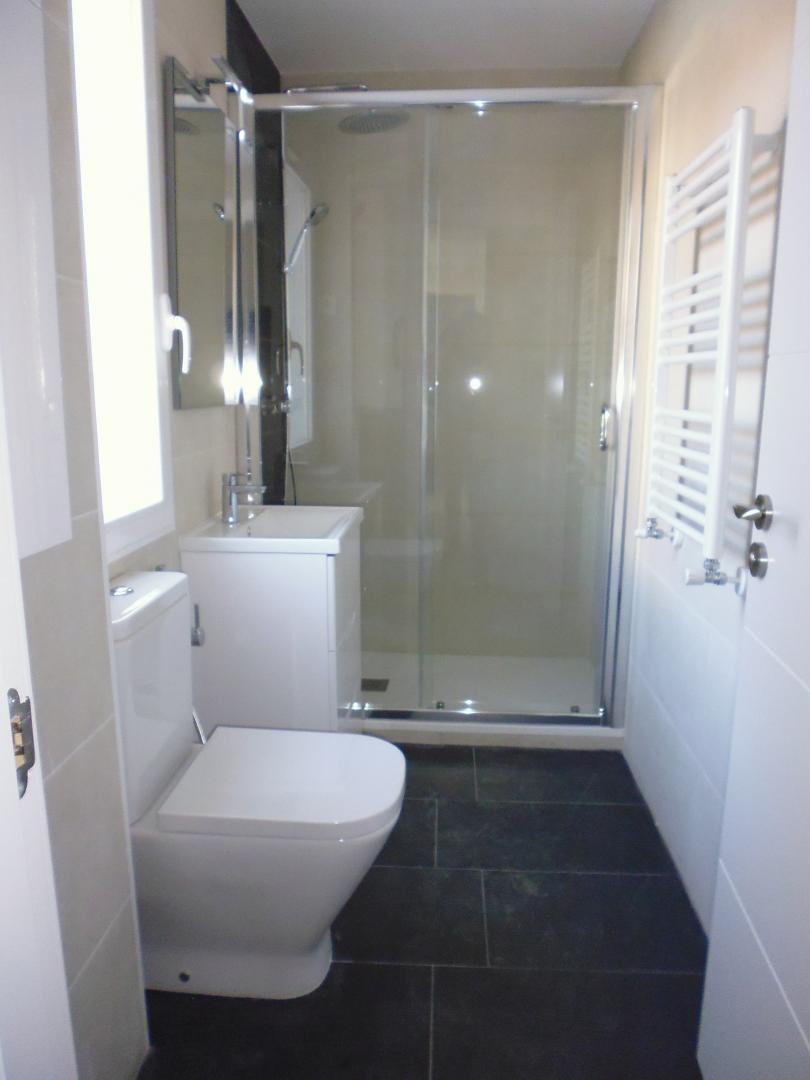 Sonar Con Un Baño Oscuro:cuarto de baño se diseñó con solado de piezas grandes gris oscuro