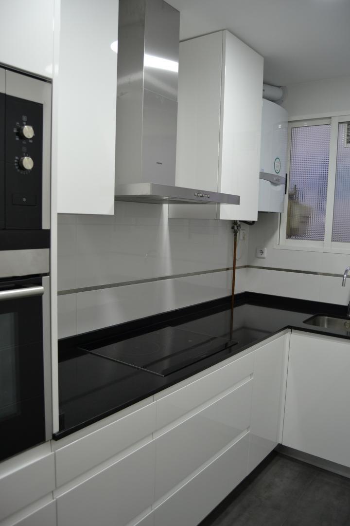 Cocina y ba o reformados en barrio chamart n - Suelos para cocinas blancas ...