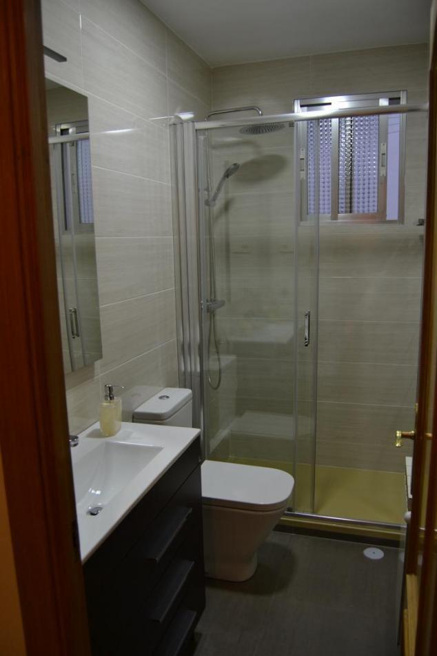 Baños Con Ducha Reformados:ducha con rociador y grifería termostática y mampara corredera con