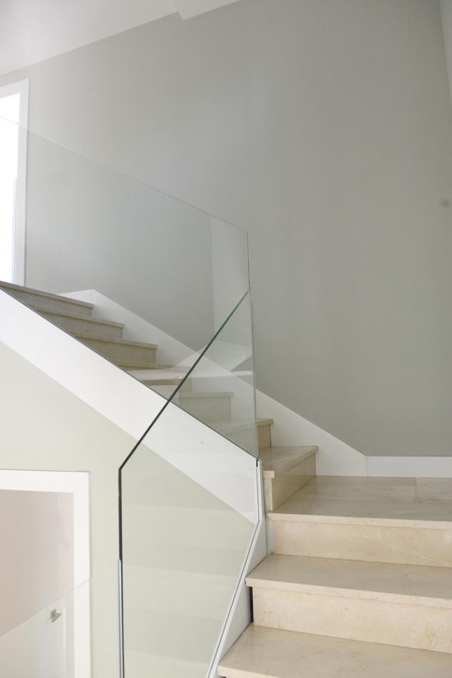 ... la barandilla de la escalera por una de vu00eddrio de diseu00f1o moderno