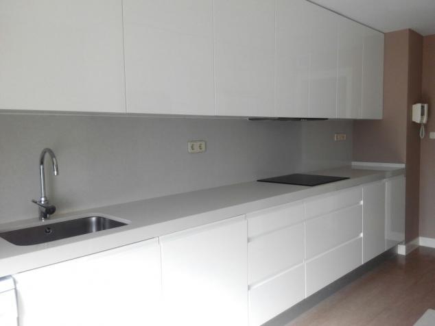 Cocina reformada con estilo - Cocinas sin muebles arriba ...