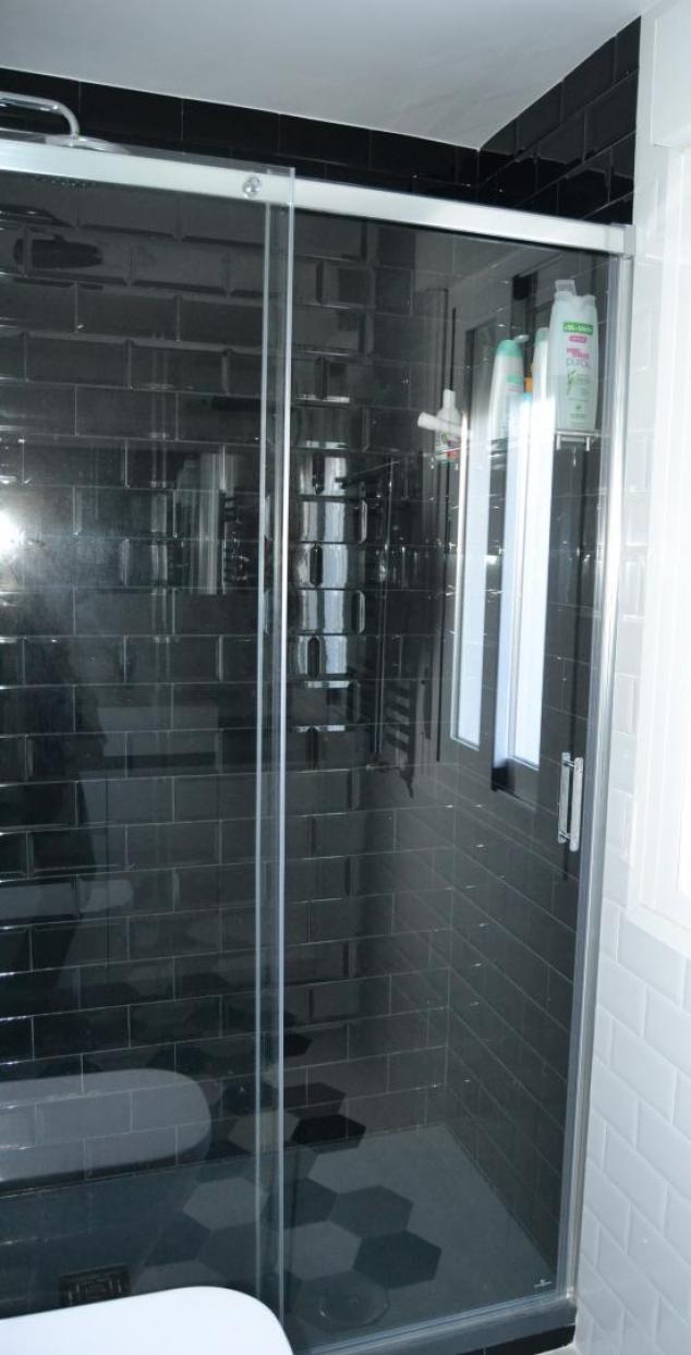 Baño Pequeno Suelo Oscuro: formatos pequeños de gres tanto para paredes como para suelo